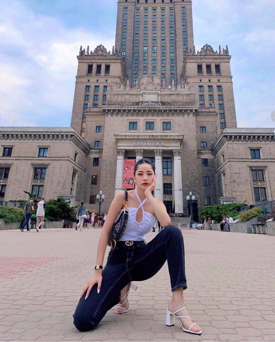 Các mẫu áo hai dây, áo quây hay crop-top sexy cũng là trang phục được sao Việt lựa chọn khi xuống phố. Chi Pu tôn nét gợi cảm với áo trắng cùng jeansxanh, túi Dior và dây lưng Gucci.
