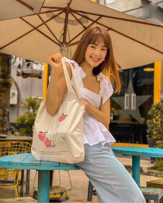 Nếu yêu phong cách bánh bèo thì áo hai dây của Minh Hằng là sản phẩm các nàng không nên bỏ qua. Trang phục này dễ kết hợp với jeans, short các kiểu chân váy mùa hè.