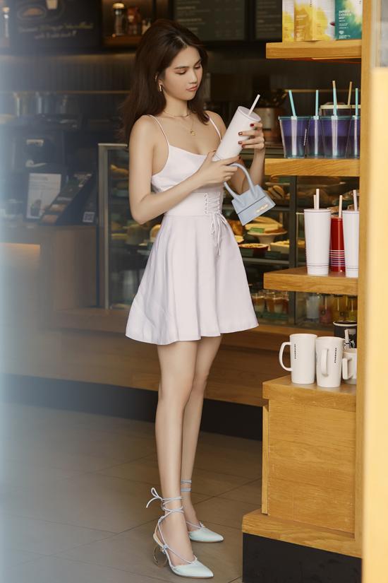 Sắc trắng đơn giản vẫn là tông màu được ưa chuộng ở mùa hè năm nay. Nếu tự tin hình thể của mình gọn gàng như Ngọc Trinh, các nàng có thể chọn các kiểu váy xiết eo, đầm hai dây để chưng diện khi đi cà phê.