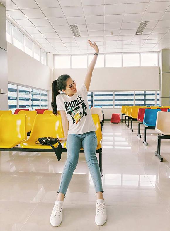 Với thời trang sân bay, cô chọn quần jean kết hợp với áo phông và sneaker trắng để hoàn thiện phong cách năng động.