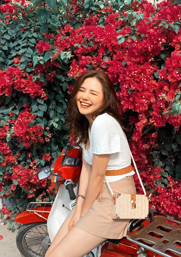Mỗi khi đi du lịch, cô thường kết hợp quần short, chân váy hoặc quần váy với áo sơ mi trơn màu. Những phụ kiện cũng được chọn ton-sur-tonvới trang phục.