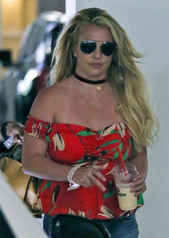 Britney dạo phố cuối tuần qua.