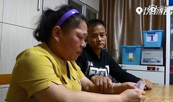 Vợ chồng anh Ke bốc thăm để lựa chọn người sẽ tiếp tục điều trị chữa bệnh. Ảnh: Weibo.