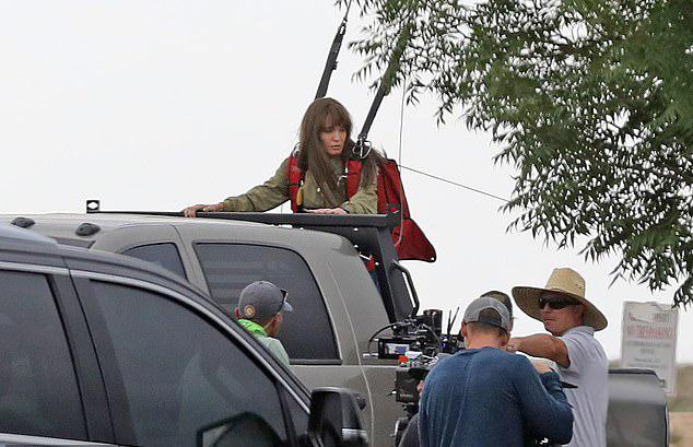 Angelina Jolie tập trung hết sức khi chuẩn bị cảnh quay mới trong bộ phim hành động Those Who Wish Me Dead.