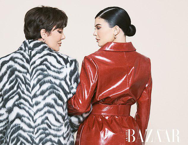 Bà Kris Jenner là mẹ của 6 người con. Ngoài Kylie, bà Kris còn có những người con nổi tiếng khác là Kourtney Kardashian, Kim Kardashian, Khloe Kardashian, Rob Kardashian và Kendall Jenner. Mẹ Kylie được coi là một người phụ nữ quyền lực ở Hollywood, không chỉ giỏi chăm con, kiếm tiền mà còn giúp các cô con gái trở thành những người mẫu, doanh nhân thành đạt.