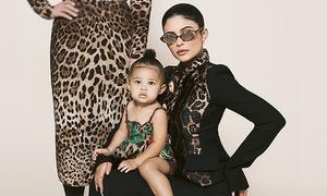 Con gái 1 tuổi của Kylie Jenner lên bìa tạp chí cùng mẹ