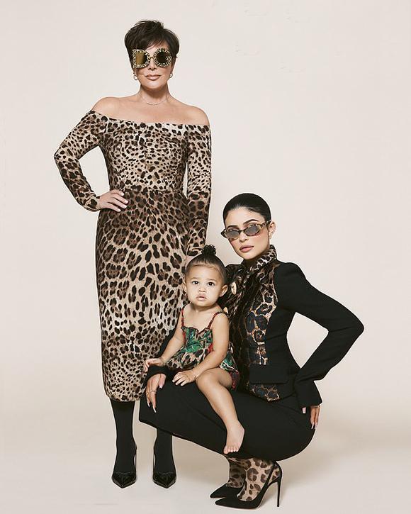 Công chúa nhỏ 17 tháng tuổi của Kylie Jenner vinh dự lên bìa tạp chí thời trang danh tiếng. Đây cũng là lần đầu Kylie cho con gái làm mẫu nhí chụp hình.