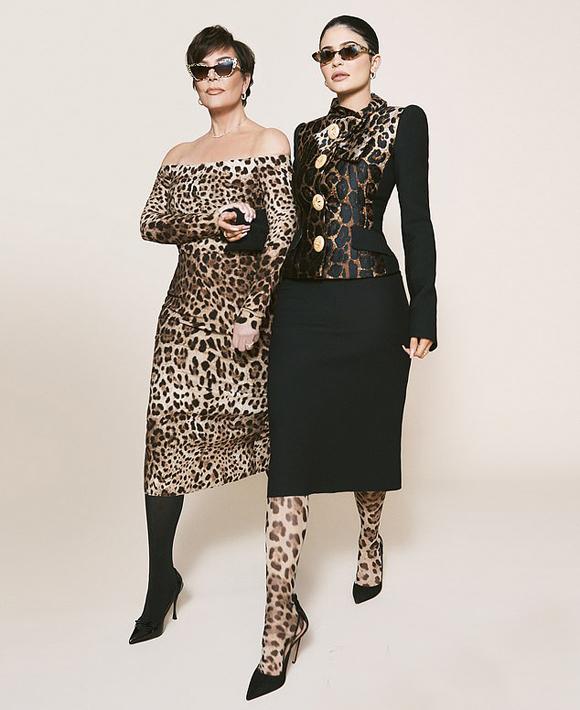 Nữ tỷ phú 21 tuổi và mẹ diện váy da báo sang chảnh thương hiệu Dolce & Gabbana.
