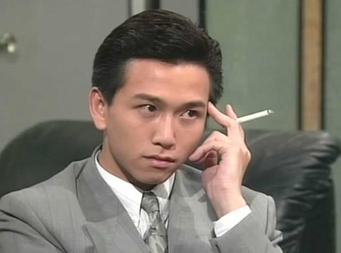 Ôn Triệu Luân thú nhận, năm 1989 khi phim Nghĩa bất dung tình lên sóng, anh không dám ra phố vì sợ bị đánh, bị ném đá. Lý do là vì anh vào vai quá chân thực, đưa nhân vật Đinh Hữu Khang ích kỷ, tàn nhẫn, vong ân bội bạc trở thành một trong những ác nhân kinh điển trên màn ảnh TVB. Có lần khi tài tử đang ăn cơm ngoài tiệm, một người giật đũa của anh hỏi trong tập phim sắp tới anh giết bao nhiêu người.