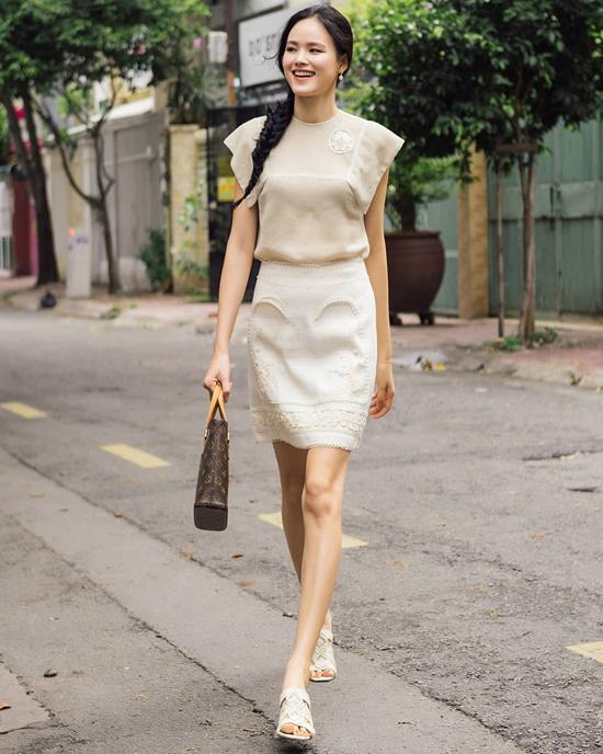 Lụa mềm mại là chất liệu được nhắc đến nhiều nhất ở mùa hè này. Ngoài các kiểu váy maxi, bạn gái có thể chọn chân váy, áo tay ngắn để mix-match như Tuyết Lan.
