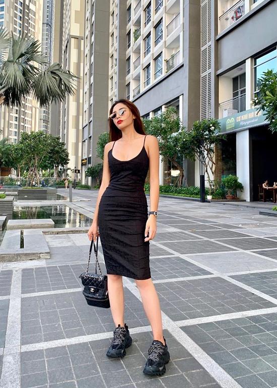 Kỳ Duyên cá tính và gợi cảm cùng cách mix váy hai dây ôm khít eo đi cùng balo Chanel và giày thể thao đế khủng.