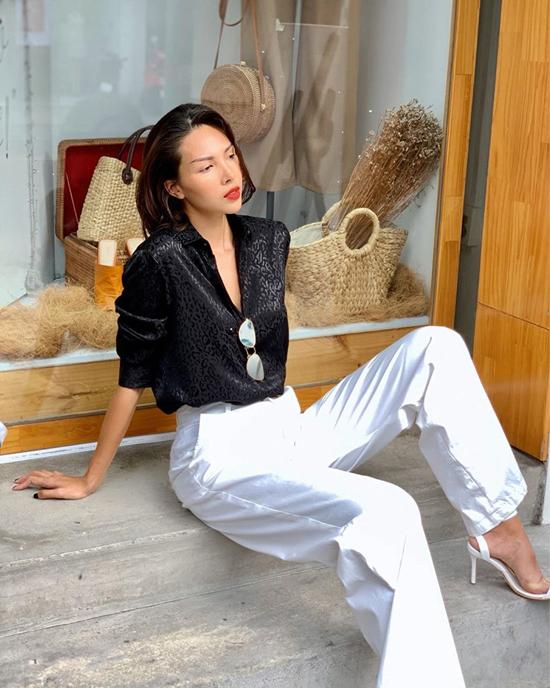 Tiếp tục lăng xê các kiểu quần ống rộng đúng trend 2019, Minh Triệu chọn cách phối đồ tương phản cho áo sơ mi và quần âu.