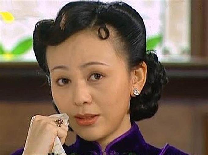Vương Lâm vào vai cửu phu nhân trong Tân Dòng sông ly biệt khi mới 31 tuổi, đóng mẹ của Lâm Tâm Như, mẹ kế của Triệu Vy dù chỉ hơn hai sao nữ này 6 tuổi. Sau bộ phim, cô hay được mời vào vai mẹ của nữ chính và gần như bị đóng đinh vào vai ác, bởi các nhà làm phim lẫn công chúng đều không thuận mắt khi thấy Vương Lâm đóng vai người tốt. Khi dự sự kiện, nữ diễn viên bị nhân viên hậu trường và khán giả xa lánh, chỉ trỏ nói sau lưng.
