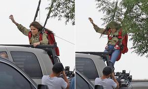 Angelina Jolie đu người trên xe đóng cảnh hành động