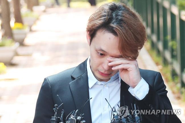 Park Yoo Chun xuất hiện sau phiên xử cuối cùngtại Tòa án quận Suwon, Seoul hôm nay 2/7. Nam diễn viên bộ dạng bơ phờ, tóc ngả mầu và không còn bóng bẩy. Phán xét cuối của tòa cho thấy ca sĩ họ Park hưởng án treo 2 năm vì tội mua bán chất cấm. Trước cánh ký giả, Yoo Chun khóc, mắt anh đỏ hoe.