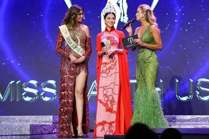 Mới đây, Phương Khánh sang Mỹ tham gia chuổi hoạt động và chung kết cuộc thi Hoa hậu Trái Đất Mỹ 2019. Xuất hiện trên sân khấu, cô diện trang phục áo dài nổi bật, đeo vương miện Miss Earth trị giá 3,5 tỷ đồng.