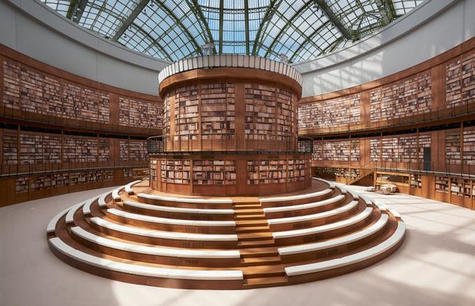 Sinh thời, Karl Lagerfeld luôn khiến cả thế giới trầm trồ bởi những ý tưởng set-up sàn diễn đỉnh cao, thể hiện sức sáng tạo không giới hạn. Đến lượt Virginie Viard, bà cũng cố gắng duy trì di sản vô giá do người tiền nhiệm đáng kính để lại. Không gian bên trong bảo tàng Grand Palais - nơi tổ chức hầu hết show Chanel dưới thời Karl - được Virginie biến thành thư viện ba tầng khổng lồ với hàng nghìn cuốn sách trên giá.