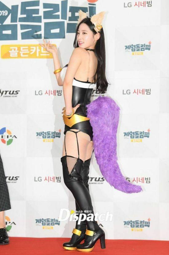 Bộ trang phục cosplay thiếu vải của nữ ca sĩ.