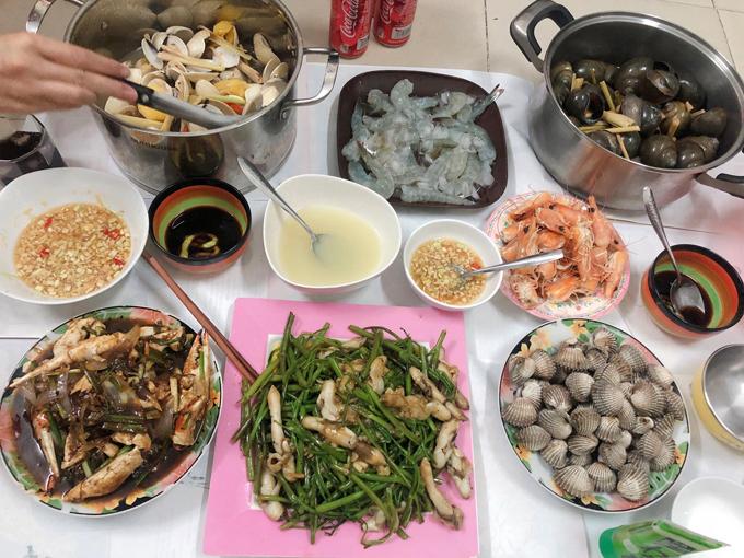 Riêng đồ hải sản thì hai vợ chồng thường mua về và chế biến luôn. Khi Thanh vào bếp cũng là lúc Phúc đeo tạp dề, phụ vợ nhặt rau, bóc tôm, rửa ốc, lột hành tỏi...
