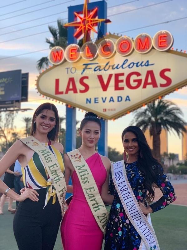 Cô cùng hai người đẹp khác khám phá thành phố Las Vegas.