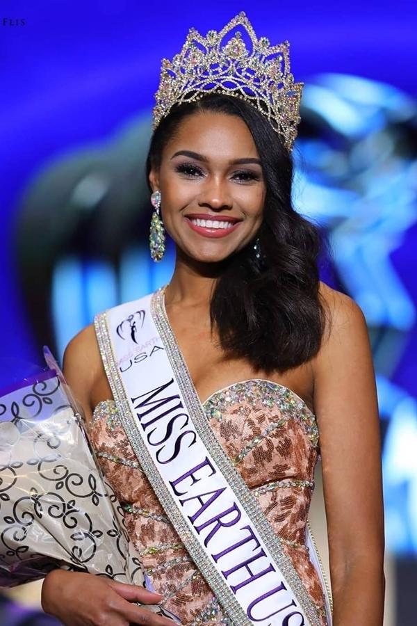 Tân Hoa hậu Trái đất Mỹ là Emanii Davis năm nay 25tuổi, cao 1,74m.Trước đó, cô từng đoạt ngôi Á hậu 2 Miss USA 2016, top 5 Hoa hậu Thế giới Mỹ 2017.