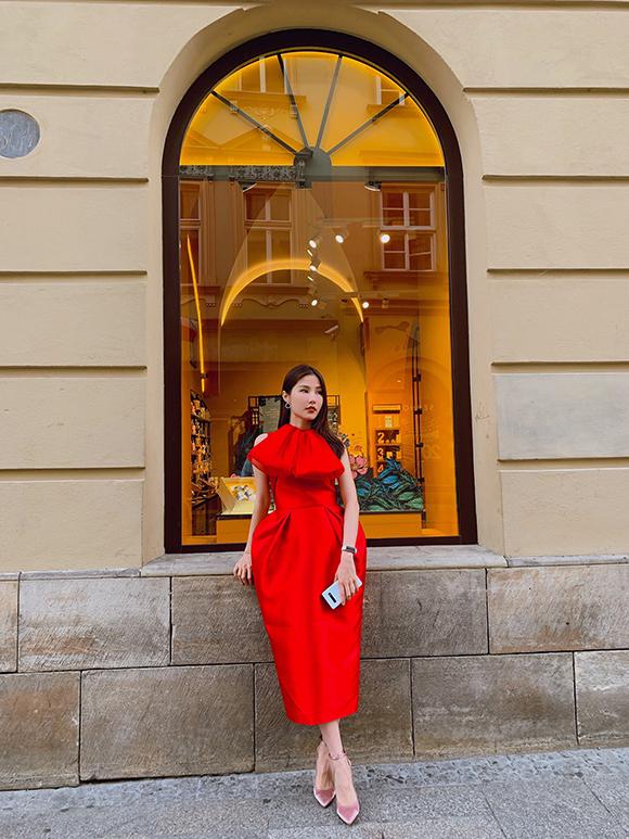 Nữ diễn viên được nhà thiết kế Phương My chọn riêng cho bộ đầm đỏ dáng quả chuông, xếp lơ nổi bật thuộc bộ sưu tậpSayonara từng được ra mắt tại New York Fashion Week hồi đầu năm.