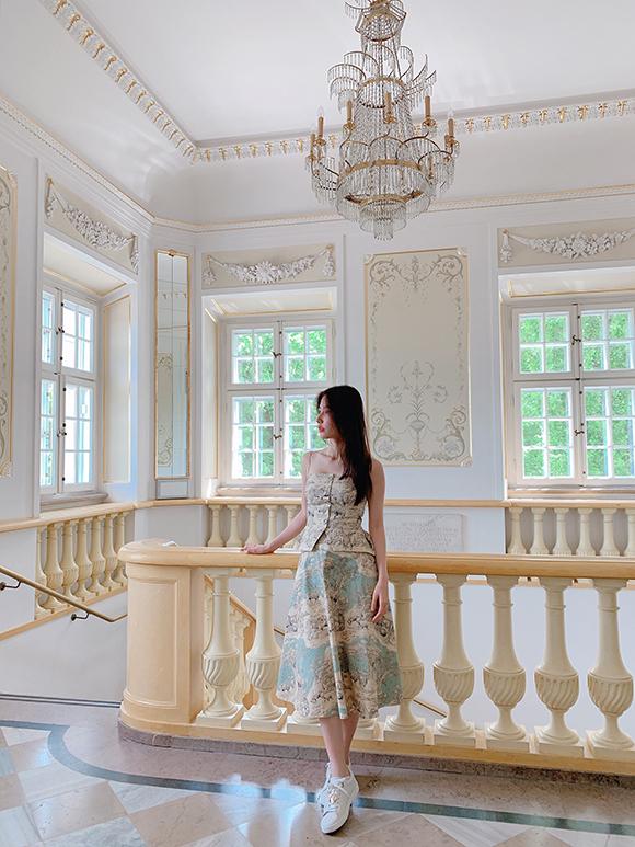 Cô cũng thăm bảo tàng, phòng triển lãm để thưởng thức các tác phẩm điêu khắc, hội họa.