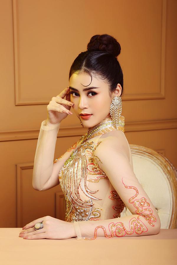 Lý Kim Thảotự nhận là fan của áo dài truyền thống. Á hậu Việt Nam châu Á 2018 thường xuyên mặc trang phục dân tộc tại các sự kiện quan trọng.