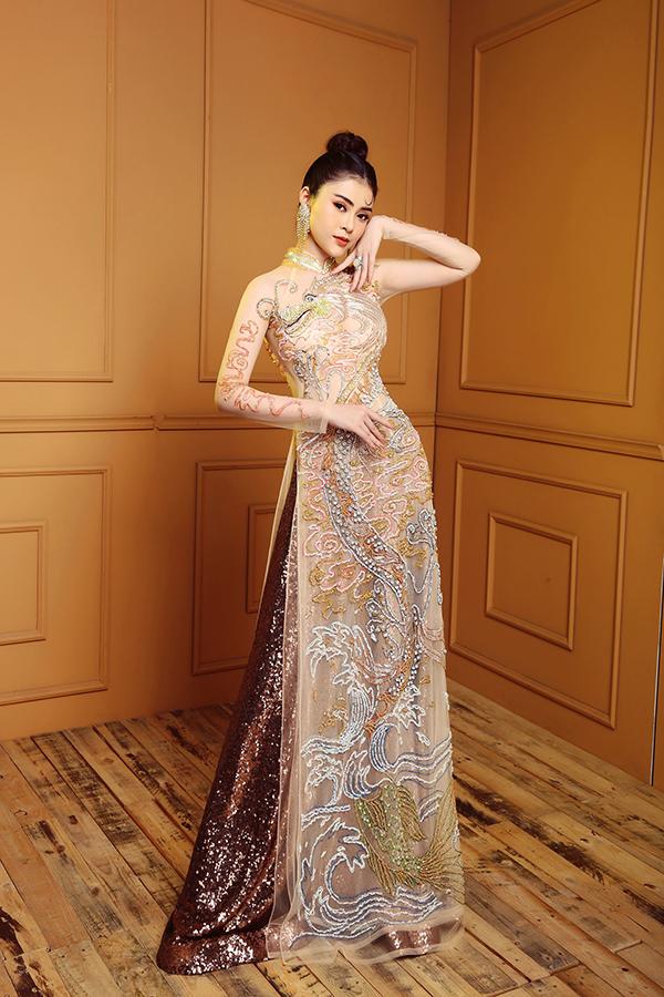 Thay vì phom dáng cổ điển hoặc họa tiết nhẹ nhàng, cô thường chọn áo dài đính kết cầu kỳ để bản thân nổi bật hơn khi đi tiệc, xuất hiện giữa một rừng người đẹp của showbiz.