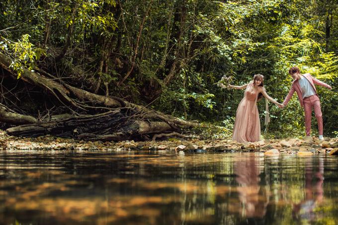 Uyên ương thực hiện ảnh cưới ở Đà Lạt với nền cảnh thiên nhiên mát mắt, giúp cả hai diễn tả những cảm xúc tình yêu chân thật.