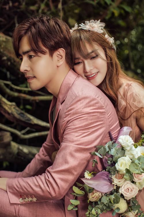 Không cần tạo dáng phức tạp, đôi khi những chiếc ôm từ phía sau cũng đủ nói hộ tiếng lòng của những người yêu nhau trong tấm ảnh cưới.