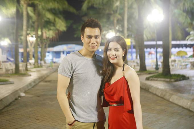 Sau mộtlần đổ vỡ hôn nhân, Việt Anh từ Sài Gòn ra Hà Nội làm lại từ đầu. Anh vàHương Trần lần đầu gặp nhau trong một lần đi ăn với nhóm bạn chung và gặp tình yêu sét đánh. Họ chính thức yêu nhau sau 1 tháng quen biết. Hương Trần sinh năm 1989, kém nam diễn viên Chạy án 9 tuổi và không hoạt động trong lĩnh vực nghệ thuật.