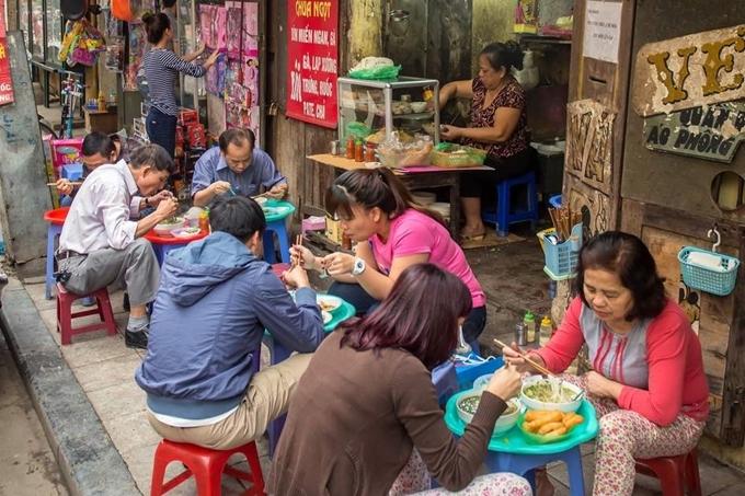 Một quán ăn bên hè phố ở Hà Nội