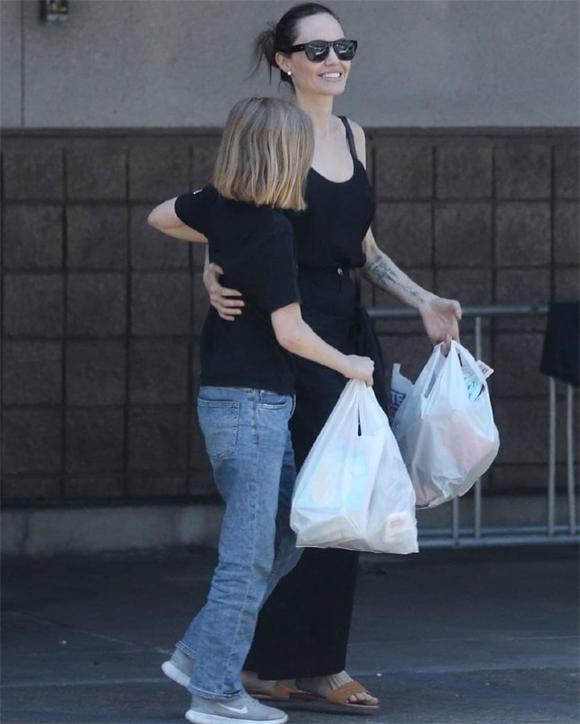 Jolie và con gái út Vivienne đi mua đồ ở Los Angeles ngày 30/6.