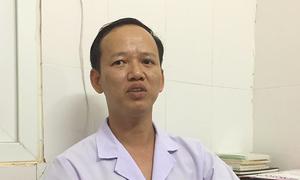Bác sĩ khâu vết rách ở cổ thai chết lưu 'để người nhà bớt xúc động'