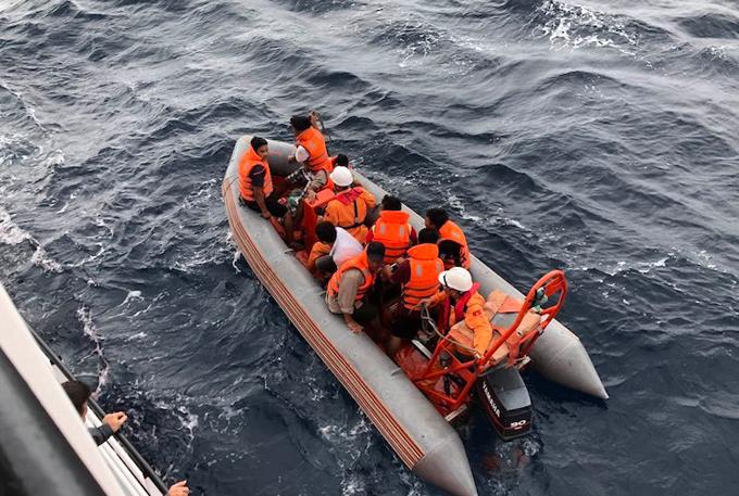 Lực lượng cứu hộ chuyển các thuyền viên từ tàu cá lên tàu SAR 411. Ảnh: Trung tâm phối hợp tìm kiếm.