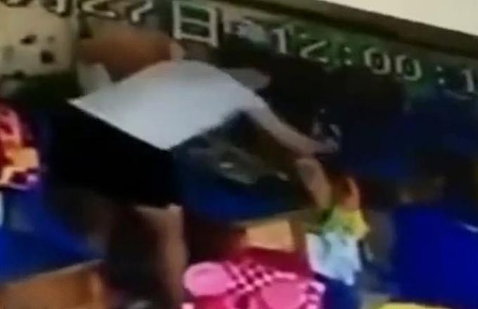 Cô giáo Trung Quốc lấy tay tát liên tục vào đầu bé gái 6 tuổi hôm 27/6. Ảnh: Youku.