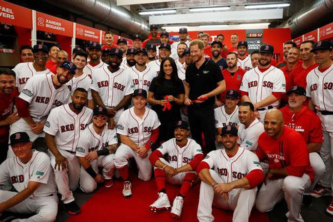 Vợ chồng Meghan chụp ảnh lưu niệm với đội Red Sox. Ảnh: PA.