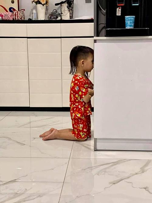 Con trai nhà Ốc Thanh Vân bị bố phạt khoanh tay quỳ gối úp mặt vào tủ lạnh vì phạm tội lớn. Nữ MC nhắn con: Biết sao giờ.Cuộc đời ai cũng phải trải qua con à.Mẹ đi quay nên không cứu được.