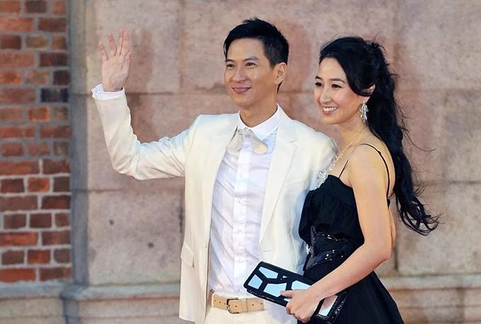 Nhiều năm nay, Quan Vịnh Hà không bao giờ xem cảnh tình tứ của Trương Gia Huy với các bạn diễn nữ, bởi vì hễ xem, cô sẽ nổi giận, thậm chí đánh ông xã. Cùng là diễn viên, Quan Vịnh Hà dễ dàng
