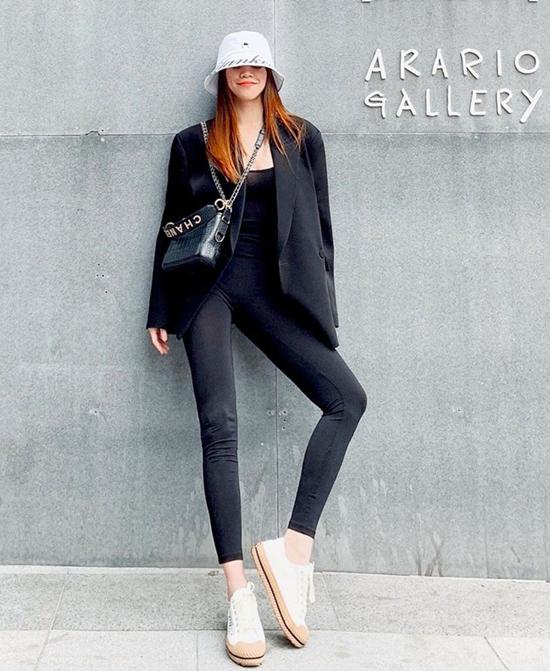 Phong cách dành riêng cho các cô nàng phá cách và yêu những xu hướng thịnh hành. Hồ Ngọc Hà chọn blazer dáng rộng để tạo điểm nhấn cho set đồ toàn sắc đen.