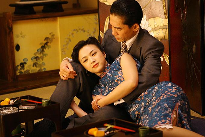 Phim Sắc, giới tràn ngập cảnh ái ân bạo liệt giữa Thang Duy và Lương Triều Vỹ, có tin còn nói hai diễn viên