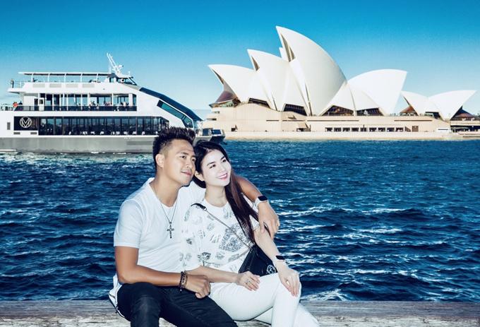 [Caption] Tại Úc, Thanh Duy đưa bà xã dạo chơi thành phố và nhìn ngắm nhà hát con sò Opera Sydney. Sau đó họ vào trải nghiệm  ở khu phức hợp của nhà hát bao gồm năm địa điểm biểu diễn như nhảy, hoà nhạc, opera, nhà hát kịch. Đây là lần đầu tiên cặp đôi làng giải trí Việt Nam đến nơi này. Kha Ly thổ lộ, cô có cảm giác như cả hai còn mới mẻ trong mắt nhau như những ngày đầu yêu.  Duy chưa dám nói bất cứ điều gì ở tương lai, chỉ biết hiện tại hai vợ chồng cạnh nhau, cảm nhận hạnh phúc và tình yêu đối phương dành cho là đủ. Mỗi ngày thức dậy, cảm giác người phụ nữ mang đến cho mình sự an toàn, chăm lo và lắng nghe rất đặc biệt. Duy ít khi nói lời cảm ơn Ly vì rất sến súa, nhưng nhân đây cảm ơn tình yêu thương Ly đã dành cho Duy suốt ban năm thành chồng vợ - Thanh Duy thổ lộ.