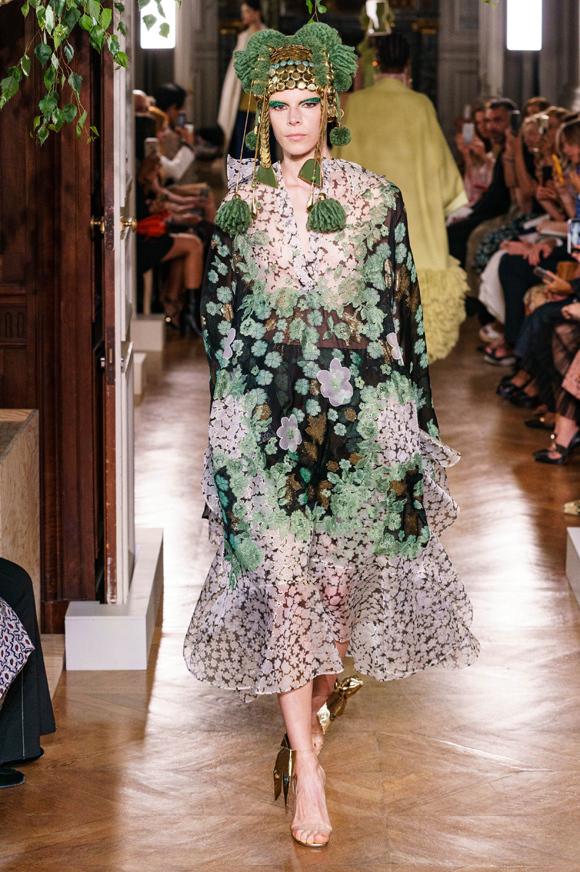 Cách duy nhất giúp Couture tồn tại thời nay là nâng niu những bản sắc và văn hóa khác nhau của phụ nữ, Piccioli chia sẻ. Để khẳng định điều đó, nhà tạo mốt 51 tuổi đã mời Lauren Hutton, Cecilia Chancellor, Georgina Grenville và Hannelore Knuts - những người mẫu nổi tiếng từ đầu thập niên 1940 đến giữa thập niên 1970 - góp mặt trong dàn mẫu.
