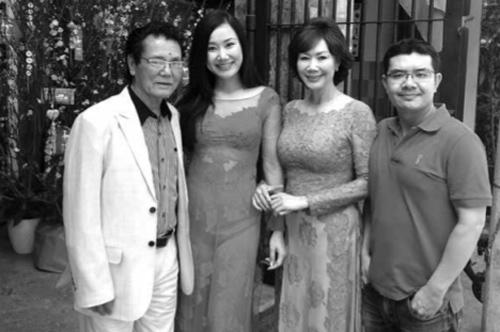 Hình ảnh gia đình Trọng Trúc - Thúy Hoa cùng hai con Nguyệt Ánh, Hoàng Anh được chụp vào Tết năm 2014.
