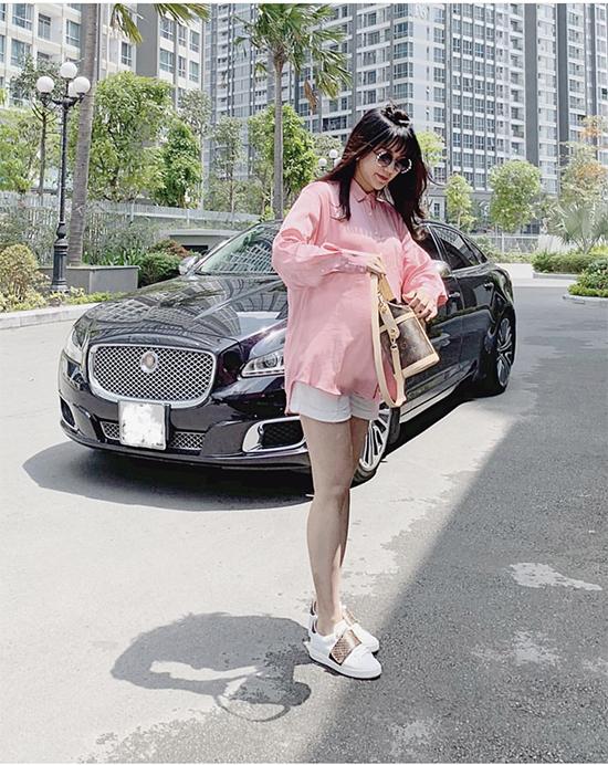 Túi cặp lồng xinh xắn hot nhất mùa hè của thương hiệu Louis Vuitton cũng được Diệp Lâm Anh rước về để thoả sức phối đồ dạo phố.