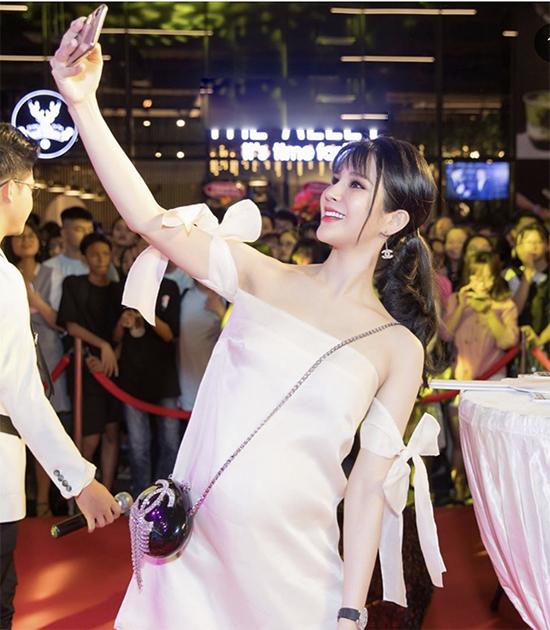 Mang thai nhưng Diệp Lâm Anh vẫn không bỏ lỡ những trào lưu ăn mặc thịnh hành. Các mốt váy ôm, đầm trễ vai, váy dạ hội xẻ cao vẫn được người đẹp chọn lựa để sử dụng khi đi sự kiện.