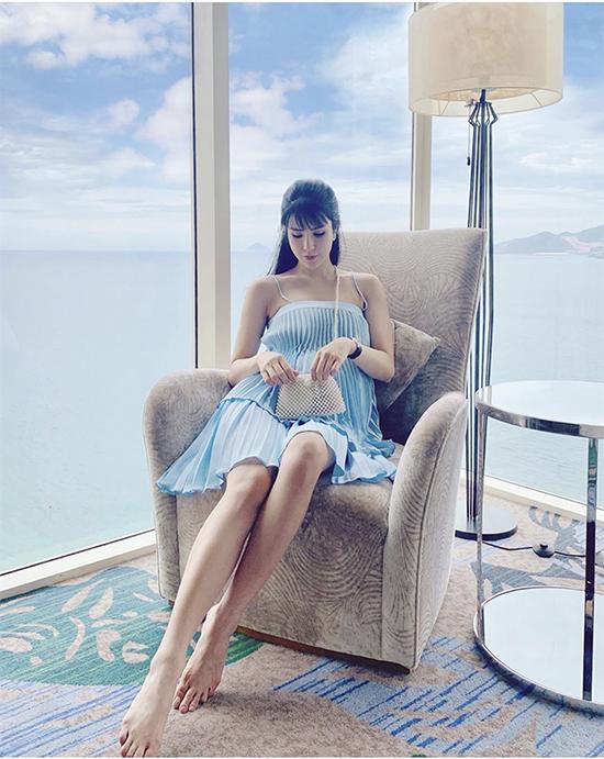 Những xu hướng túi hot trend của Louis Vuitton, Chanel, Gucci, túi ngọc trai cũng được bà bầu Diệp Lâm Anh mix-match khéo léo với trang phục.