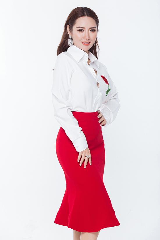Bên cạnh các trang phục khai thác vẻ gợi cảm, bộ sưu tập còn giới thiệu nhiều kiểu váy áo dễ ứng dụng cho chị em công sở.