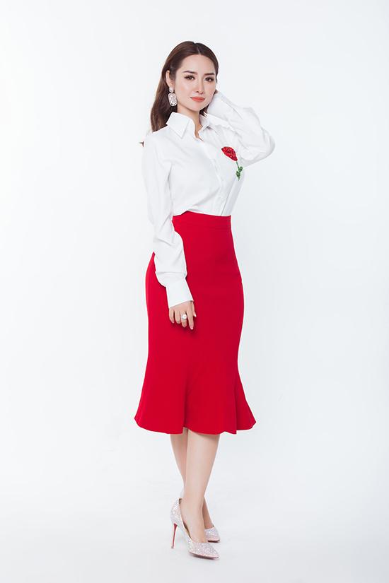 Chân váy bút chì tông đỏ tươi được phối cùng sơ mi trắng trang trí hoa đính kết. Set đồ đơn giản nhưng vẫn tôn đường cong sexy cho người mặc.
